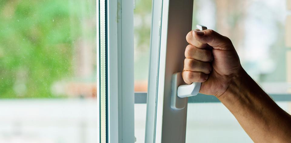 Êtes-vous Couvert Si Un Voleur Vous Cambriole Via Une Fenêtre Oscillo-battante Ouverte?